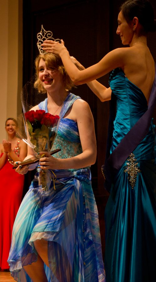 Former+Miss+Navy+and+Gold+junior+Courtney+Tate+crowns+junior+Erika+Brown+Miss+Navy+and+Gold+2014.+Photo+by+Cam+Best.+