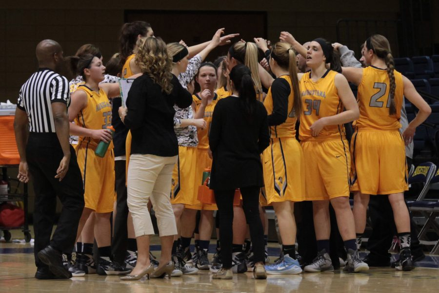 The+Augustana+womens+basketball+team+huddles+up+after+the+first+quarter+of+their+game+against+Illinois+Weslyan+that+took+place+on+Wednesday+night+in+the+Carver+Center.+Photo+by+LuAnna+Gerdemann.