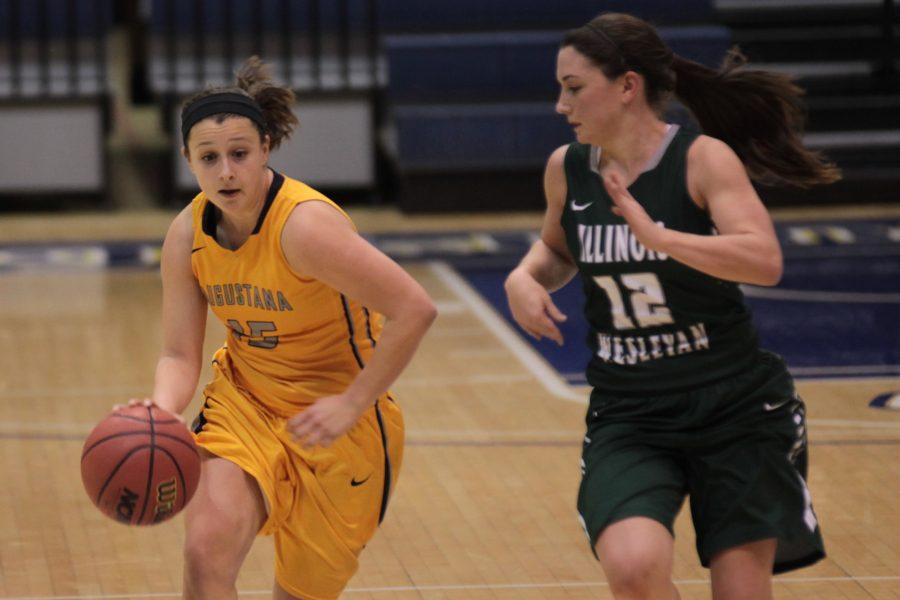 Olivia+Mayer+runs+the+ball+against+Amanda+Kelly+of+Illinois+Wesleyan.+Photo+by+LuAnna+Gerdemann.