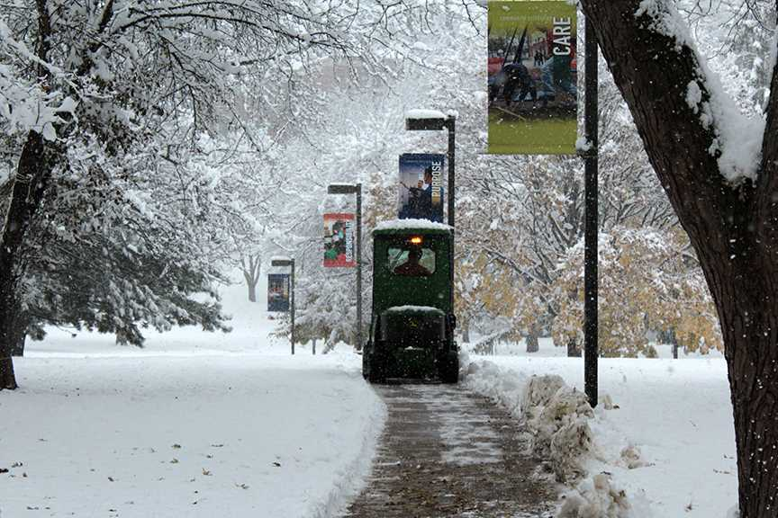 Facilities+clears+off+the+sidewalks+in+the+quad+after+a+snowstorm+that+impacted+campus.+Photo+by+Lu+Gerdemann.