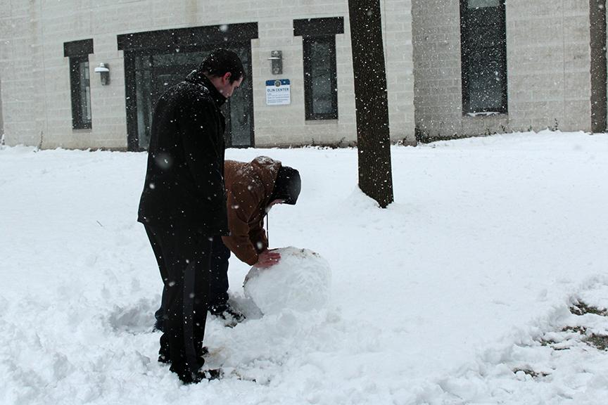 Greg+Goodman+%E2%80%9918+and+Tom+Hagaman+%E2%80%9917+begin+making+a+snowman+near+Olin.+Photo+by+Lu+Gerdemann.