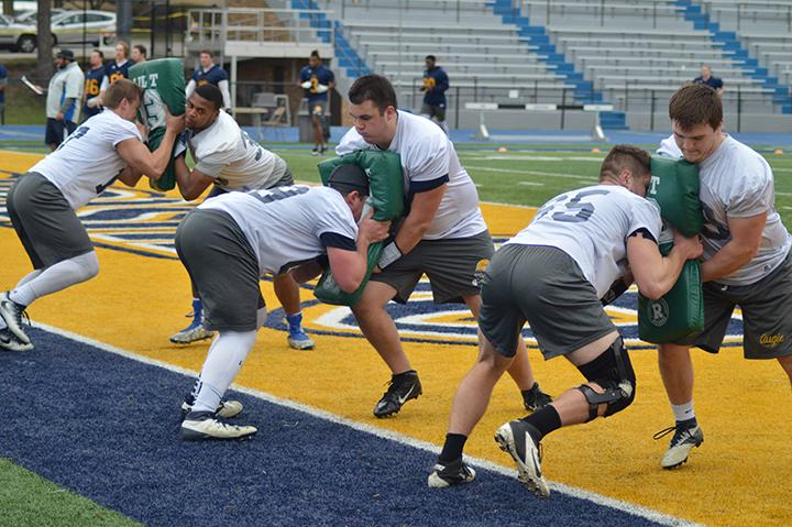 Augustana+football+players+practice+during+their+first+spring+practice+on+Sunday%2C+April+2.+The+team+will+have+a+total+of+16+practices+now+that+they+have+completed+their+2017+draft+offseason+program.+The+draft+program+was+a+new+regimen+for+the+team.+Photo+by+Nate+Wendt.