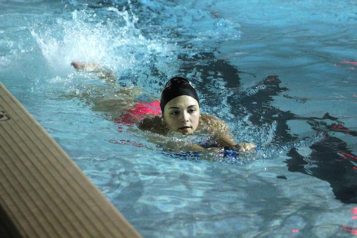 Patti Grod ('20) trains with a kickboard to get ready for the 2017 swimming season. Photo by Tony Dzik.